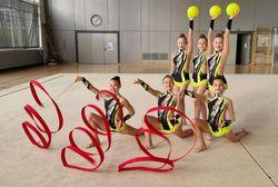 Rhythmische Sportgymnastik Gruppe in der Halle.
